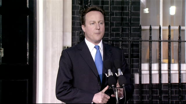 vídeos de stock, filmes e b-roll de general election 2010: david cameron arrives at downing street and statement as new pm; england: london: westminster: downing street: ext/dusk car,... - primeiro ministro