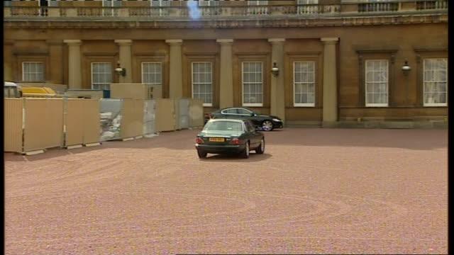 Gordon Brown goes to Buckingham Palace Buckingham Palace Gordon Brown car arrival/ Gordon Brown out of car and into Buckingham Palace