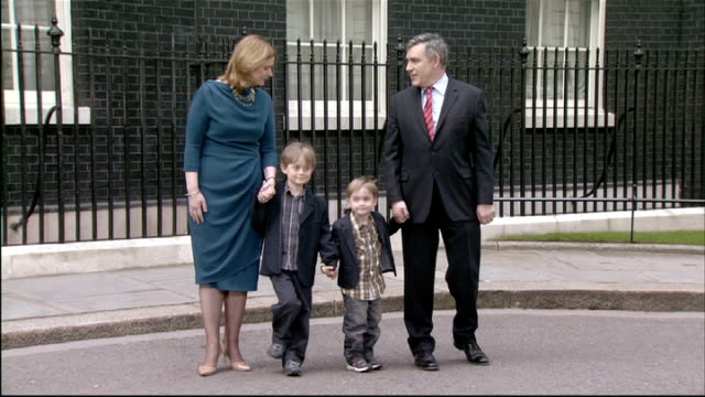 gordon brown resignation statement as prime minister various shots of gordon brown and sarah brown come out of no10 with sons john brown and fraser... - ゴードン ブラウン点の映像素材/bロール