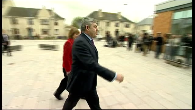 gordon brown visiting nursery in stirling ***flash scotland stirling ext gordon brown mp and harriet harman mp arrive out of car / gordon brown and... - stirling stock videos and b-roll footage