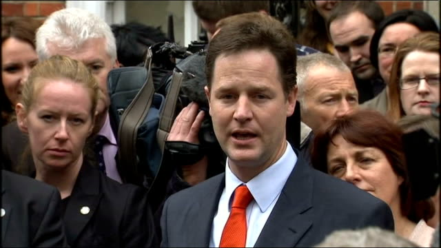 nick clegg arrives at lib dem hq england london photography **** car arriving and press crowding around nick clegg mp as liberal party workers cheer... - bedauern stock-videos und b-roll-filmmaterial