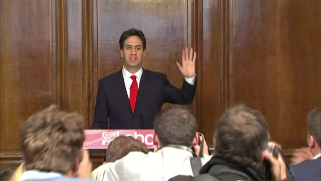 david cameron draws up new cabinet / labour leadership battle 852015 london labour party headquarters outgoing labour party leader ed miliband at... - エド ミリバンド点の映像素材/bロール