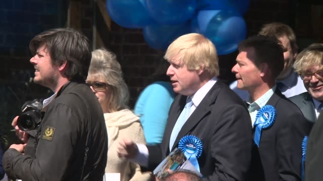 vídeos de stock e filmes b-roll de conservatives boris johnson campaigning in thanet england kent ramsgate ext boris johnson along the street as election campaigning and shaking hands... - ramsgate