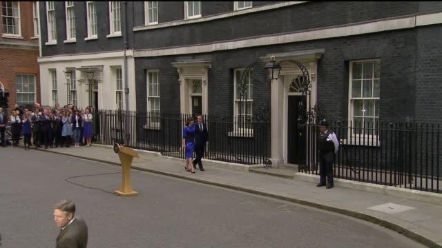 vídeos de stock e filmes b-roll de general election 2015: conservatives win majority / opposition party leaders resign; england: london: downign street: ext **flashlight photography**... - partido conservador britânico