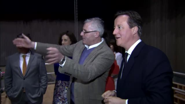 vídeos de stock e filmes b-roll de general election 2015: david cameron campaigns in all countries of the uk in one day; northern ireland: belfast: ext david and samantha cameron down... - pie humano