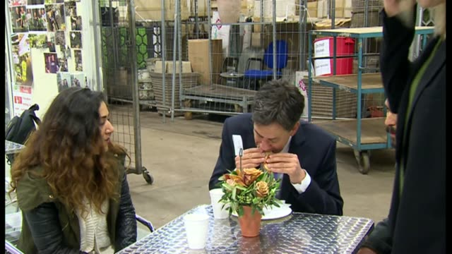 ed miliband resignation / labour party future lib / t21051407 london new covent garden market photography*** ed miliband eating bacon sandwich during... - ed miliband stock-videos und b-roll-filmmaterial