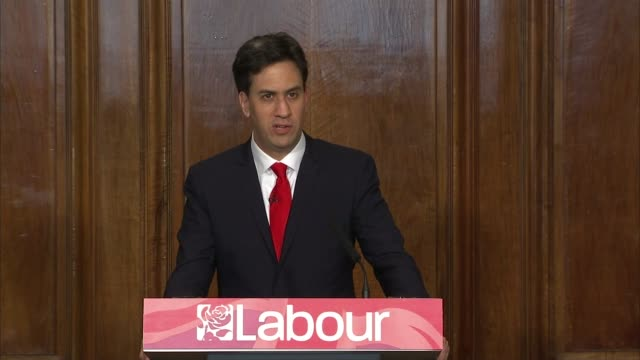 ed miliband resigns as labour leader england london great george street photography** ed miliband arriving to applause and cheers from supporters sot... - ed miliband stock-videos und b-roll-filmmaterial