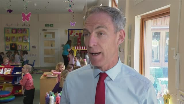 final day of campaigning in scotland greenock enchanted forest nursery int jim murphy and children posing with their hands painted red murphy and... - schlußtag stock-videos und b-roll-filmmaterial