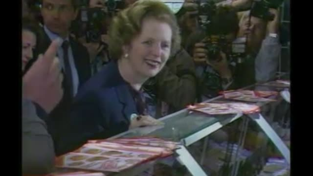 vídeos y material grabado en eventos de stock de finchley and golders green seat file 1983 various shots margaret thatcher shopping in local supermarket surrounded by press photographers - golders green