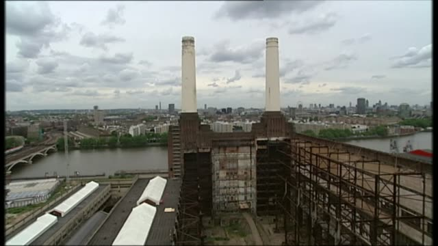 impact of housing crisis r20060803 / 2062008 ext chimneys on top of battersea power station with river in background - バタシー点の映像素材/bロール