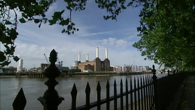 impact of housing crisis r20060803 / 2062008 **music overlaid sot** wide shot battersea power station - バタシー点の映像素材/bロール