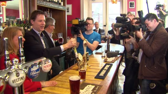 liberal democrats nick clegg meets business leaders in bath england bath photography*** gvs people reading lib dems leaflet in pub / nick clegg... - ニック クレッグ点の映像素材/bロール