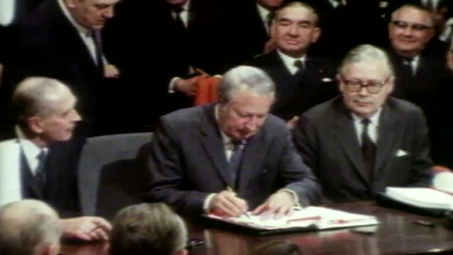 Low growth figures / impact on General Election 2211972 / ULM2026 BELGIUM Brussels INT Prime Minister Edward Heath MP signing 1972 treaty of...