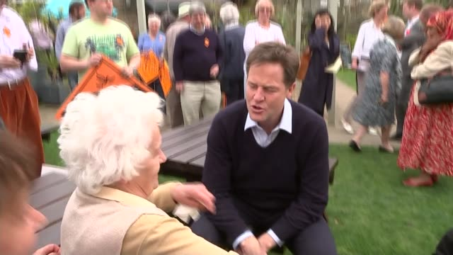 main party leaders campaigning 24415 england south yorkshire sheffield ext nick clegg chatting to woman at picnic table in beer garden during... - ニック クレッグ点の映像素材/bロール