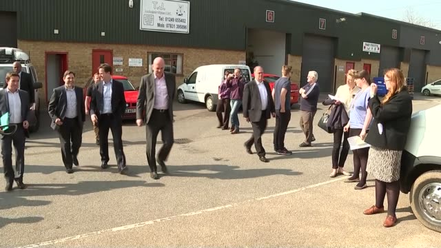general election 2015: nick clegg visits dymag in chippenham; england: wiltshire: chippenham: ext nick clegg disembarking liberal democrats campaign... - チッペナム点の映像素材/bロール