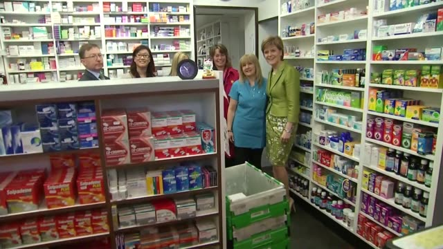 nicola sturgeon leaked memo row 342015 scotland edinburgh int nicola sturgeon photocall with staff in chemist shop - itv weekend lunchtime news点の映像素材/bロール