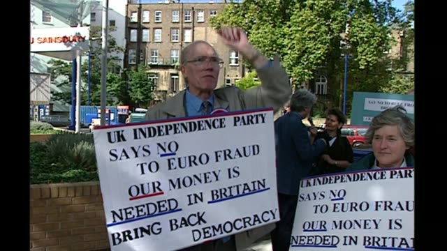 vídeos y material grabado en eventos de stock de nigel farage profile r01109502 cromwell road protester holding placard 'uk independence party says no to euro fraud' and saying 'we must get out of... - placard