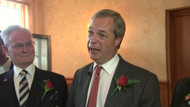 vídeos de stock e filmes b-roll de nigel farage visits ramsgate pub on st george's day nigel farage question and answer session sot our politicians have appeased snp/ we should be... - ramsgate