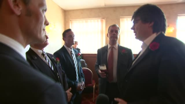 vídeos de stock e filmes b-roll de nigel farage visits ramsgate pub on st george's day various of mike read joining nigel farage as chatting with group of forces veterans/ mike read... - ramsgate