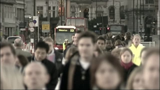 record number of people in work london ext various of people along street - ジャッキー ロング点の映像素材/bロール