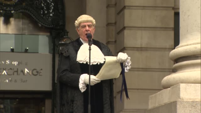 vídeos de stock, filmes e b-roll de royal proclamation following dissolution of parliament england london royal exchange ext officials and common crier of the city of london along and... - bolsa de valores de londres