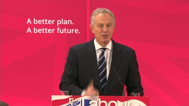 tony blair campaigning for labour blair into room to speak to applause audience members applauding blair at pdoium as given a glass of water by wife... - エド ミリバンド点の映像素材/bロール