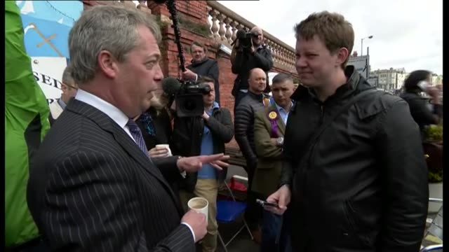vídeos de stock e filmes b-roll de ukip nigel farage campaigning in ramsgate frage out of 'ship shape' restaurant or cafe drinking mug of tea / farage chatting to press and journalists... - ramsgate