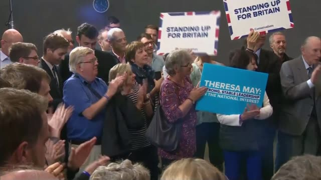 vídeos de stock, filmes e b-roll de final day of campaigning conservatives england london smithfield market int theresa may and husband philip may along past meat traders hampshire... - marido