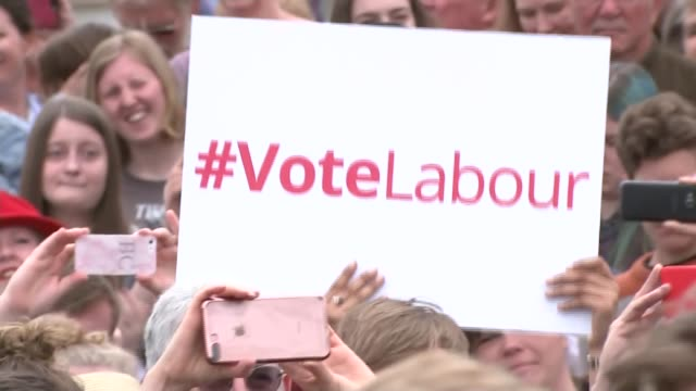 jeremy corbyn in reading cutaways england berkshire reading ext people with signs / jeremy corbyn arriving and along with matt rodda jeremy corbyn... - elezioni generali video stock e b–roll