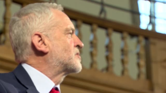 vídeos y material grabado en eventos de stock de jeremy corbyn speech cutaways england london photography *** jeremy corbyn mp into room to applause sot/ jeremy corbyn mp speech cutaways sot / dawn... - teleprompter