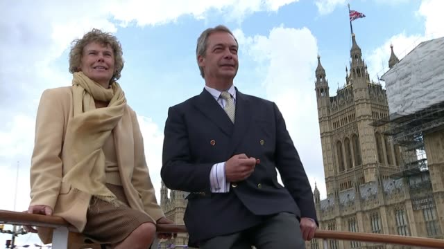 key london battlegrounds vauxhall constituency t15061627 / tx low angle shot nigel farage and kate hoey posing for photos at front of ship rear view... - collegio elettorale video stock e b–roll