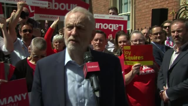 labour jeremy corbyn speech in leamington england warwickshire leamington spa ext film director ken loach at campaign event / jeremy corbyn speech sot - leamington spa stock videos & royalty-free footage