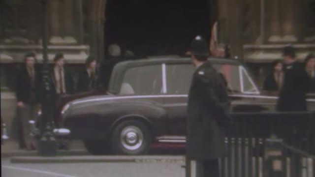 vídeos y material grabado en eventos de stock de party leaders campaign across uk general election 2017 party leaders campaign across uk fs120374005 / queen elizabeth ii along in closed car for... - 1974