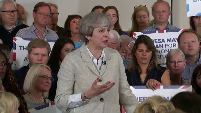 theresa may and jeremy corbyn campaigns continues after manchester arena attack may answering question sot car carrying may passing protest by local... - allgemeine wahlen stock-videos und b-roll-filmmaterial