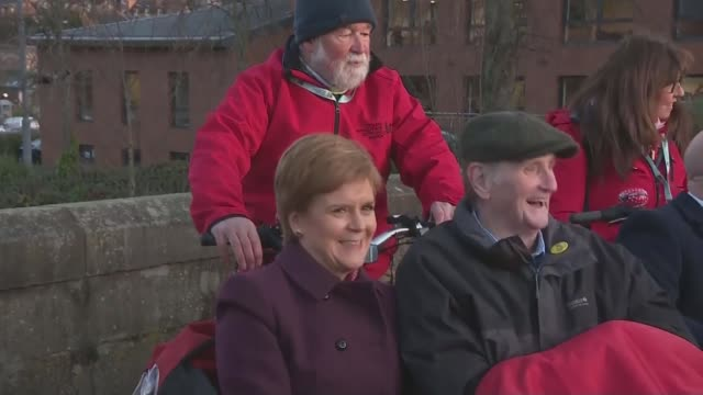jeremy corbyn campaigns in scotland scotland ext nicola sturgeon msp photocall seated on bicycle rickshaw with others blanket over her knees nicola... - parlamentsmitglied stock-videos und b-roll-filmmaterial