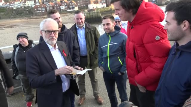 jeremy corbyn eats fish and chips in scarborough england north yorkshire scarborough ext jeremy corbyn and hugo fearnley standing on seafront... - scarborough nord yorkshire stock-videos und b-roll-filmmaterial