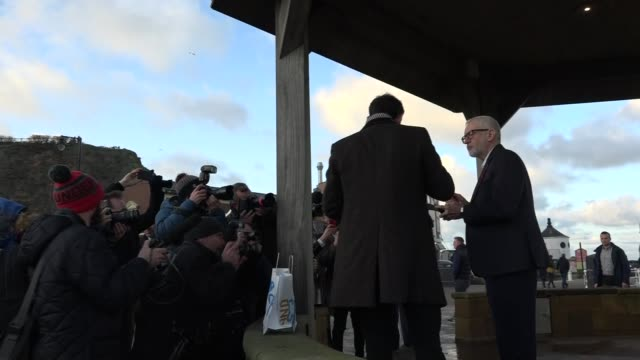 jeremy corbyn eats fish and chips in scarborough england north yorkshire scarborough ext jeremy corbyn and hugo fearnley along promenade and standing... - scarborough nord yorkshire stock-videos und b-roll-filmmaterial