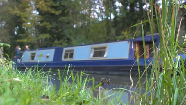 stockvideo's en b-roll-footage met liberal democrats fight to win newbury seat england berkshire newbury ext prow of narrow boat along the kennet and avon canal narrow boat along canal... - newbury engeland