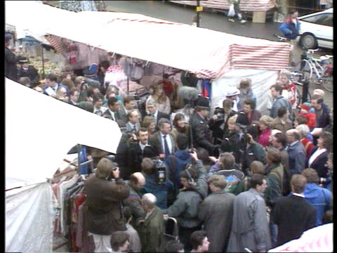 conservatives england cambs st ives tgv market stalls and statue of oliver cromwell tgv john major pm on walkabout cms major shaking hands with... - ジョン メイジャー点の映像素材/bロール