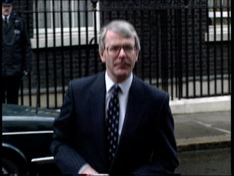 campaign ext london downing st john major mp across to press and speaking to press sof reduction of taxation important partof our policies - john major stock-videos und b-roll-filmmaterial