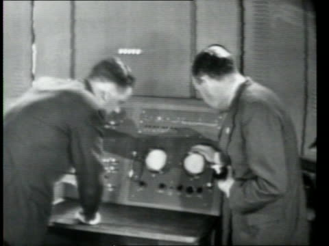 computer wizardry stafford 1959 general election ms computer room as people at work cms hands adjusting ticker tape in machine ms computers operating... - elezioni generali video stock e b–roll