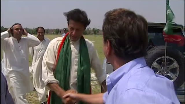 vídeos y material grabado en eventos de stock de imran khan injured in fall from stage at political rally kasur day imran khan from car and up steps to stage side khan holding cricket bat painted in... - bate de críquet