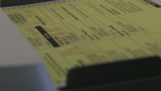 us general election processing voter ballots through a digital vote tabulator counting machine serie video 4k - sezione elettorale video stock e b–roll