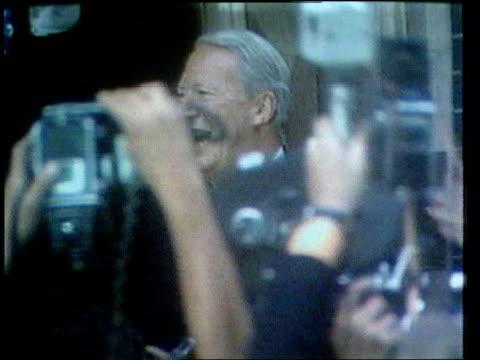 retiring mps lib london downing street sir edward heath waving on steps of no10 surrounded by press - edward heath stock-videos und b-roll-filmmaterial