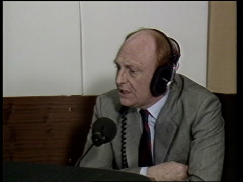 vídeos de stock e filmes b-roll de roundup england lbc neil kinnock mp speaking on radio sof not in personal terms cms side lbc interviewer sitting at mikes attention to that - aparelhagem de áudio