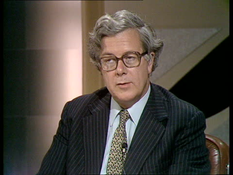 general election special 'the nation decides' itn studio more viewer phone calls to geoffrey howe roy hattersley david alton - elezioni generali video stock e b–roll