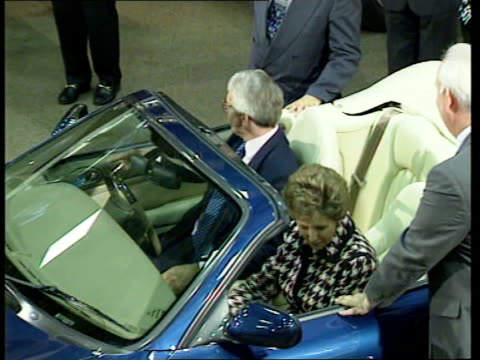 leaders itn england midlands john major and wife norma into jaguar sports car cms major behind wheel norma in car tms major and norma in car... - john major stock-videos und b-roll-filmmaterial