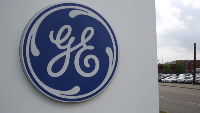 vídeos de stock e filmes b-roll de general electric signage can be seen outside of the exteriors of their factory in cincinnati, oh, close up shot of the ge logo on the side of a wall,... - general electric