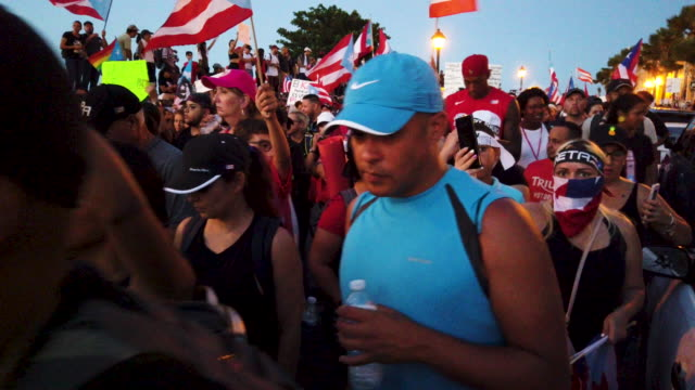 vidéos et rushes de general footage of as protesters as they demonstrators protest against ricardo rossello the governor of puerto rico july 17 2019 in old san juan... - gouverneur
