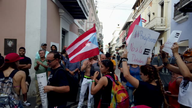 general footage of as protesters as they demonstrators protest against ricardo rossello, the governor of puerto rico july 17, 2019 in old san juan,... - 不祥事点の映像素材/bロール